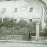 Pfarrer Johann Atzgerstorfer 1920 vor dem Pfarrhof